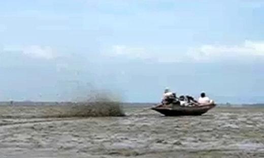 在泰国船除了能在水上开,还能在泥巴上开。。。