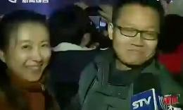 妹子向记者竖中指炫戒指大秀幸福