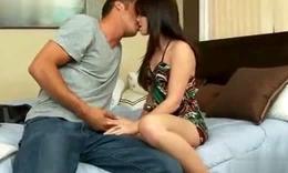 国外帅哥与美女床上接吻