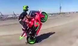 情侣69式在高速公路上狂飙摩托