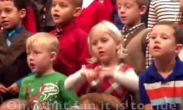 戳泪点!女孩合唱中用夸张手语为失聪父母表演!